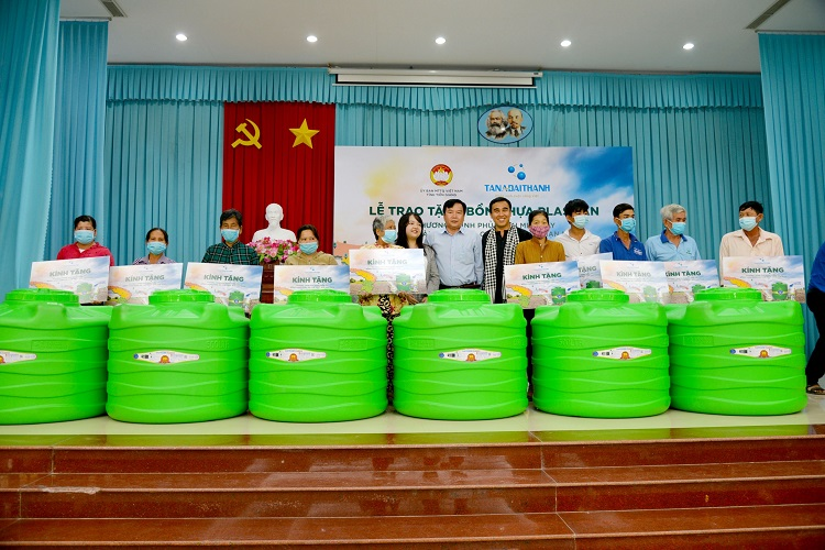 Tân Á Đại Thành tặng vùng hạn mặn 2.000 bồn nhựa Plasman