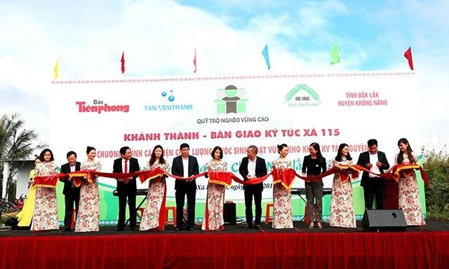Lãnh đạo Báo Tiền Phong và huyện Krông Năng, Sở Giáo dục và Đào tạo tỉnh Đắk Lắk cùng các mạnh thường quân cắt băng khánh thành Ký túc xá 115.
