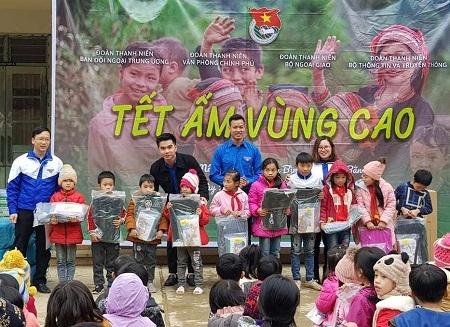 'Tết ấm' với trẻ em và người có hoàn cảnh khó khăn tại Cao Bằng