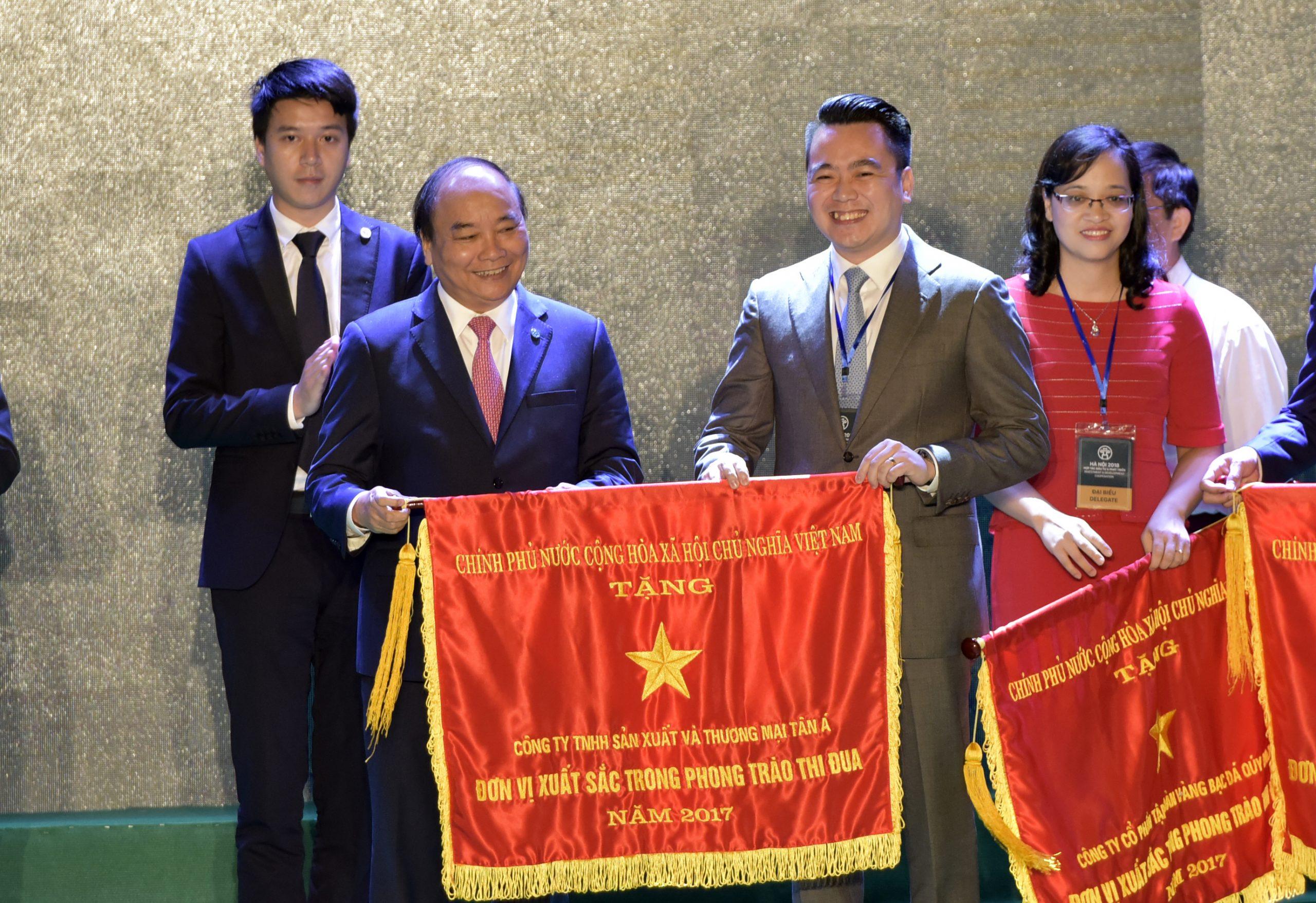 Tân Á Đại Thành vinh dự nhận cờ thi đua của Thủ tướng Chính phủ
