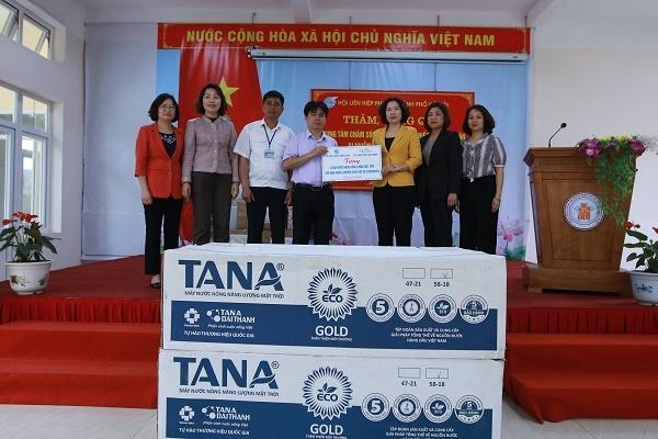 Đồng chí Lê Kim Anh, Chủ tịch Hội LHPN Hà Nội, thay mặt cán bộ, đảng viên cơ quan Hội LHPN Hà Nội và Tập đoàn Tân Á Đại Thành tặng Trung tâm 04 Máy NNNLMT.