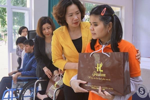 Đồng chí Lê Kim Anh tặng quà cho các nạn nhân da cam. (Ảnh: Hoàng Lan)