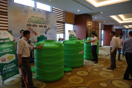 …và trải nghiệm thử thách độ bền của siêu bồn nhựa.