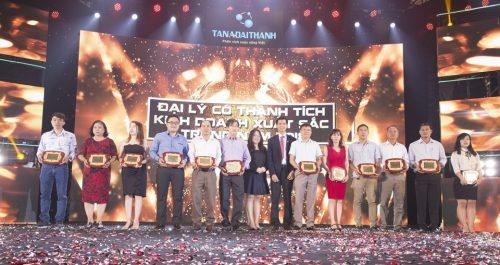 Bà Nguyễn Ngọc Thùy Dương – Phó Tổng Giám đốc Tập đoàn vinh danh các đại lý xuất sắc trong hoạt động kinh doanh sản phẩm Tân Á Đại Thành