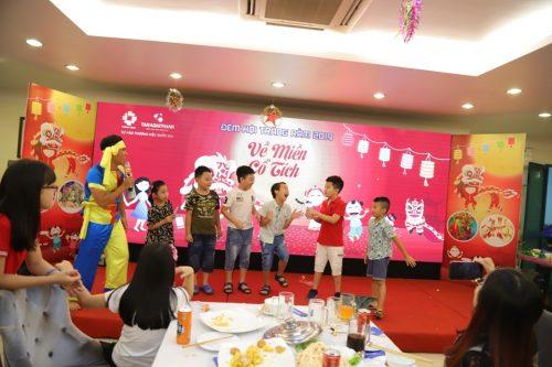 Chú Cuội và Thạch Sanh tổ chức trò chơi cho các bé.