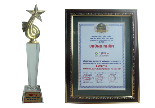 """Cúp và bằng khen của Giải thưởng """"Thương hiệu, Sản phẩm, Dịch vụ hàng đầu Việt Nam"""" 2017 trao tặng tới Tập đoàn Tân Á Đại Thành."""