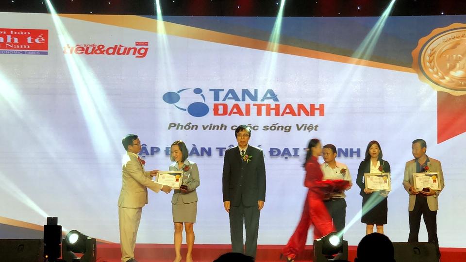 Đại diện Tập đoàn Tân Á Đại Thành lên nhận giải thưởng Top 10 Sản phẩm Tin & Dùng Việt Nam 2017.
