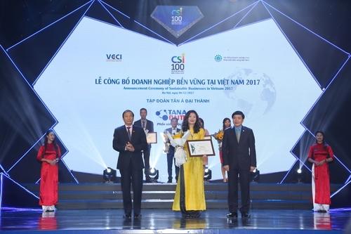 Bà Đào Hồng Anh – Trưởng phòng Truyền thông Tập đoàn Tân Á Đại Thành lên nhận giải thưởng.