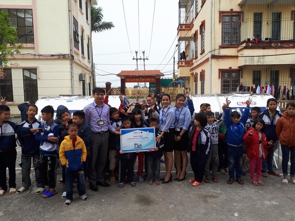 Trao tặng phần quà trị giá 30 triệu đồng tại Trường Phục hồi chức năng và Dạy nghề cho người khuyết tật huyện Tiên Lữ