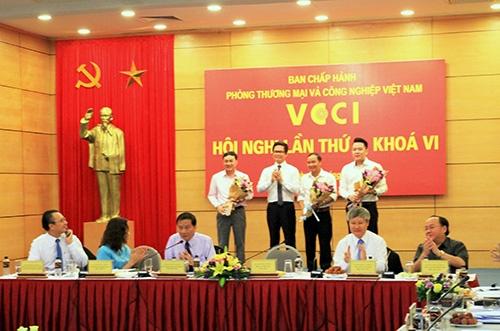 Ông Nguyễn Duy Chính – Tổng giám đốc Tập đoàn Tân Á Đại Thành (ngoài cùng bên phải) vinh dự được bầu vào Ban chấp hành của VCCI.