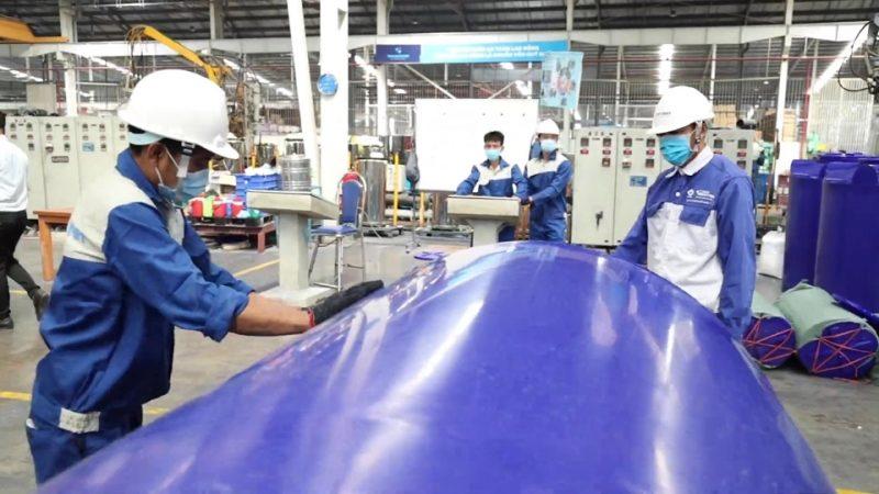 Phân xưởng nhựa của anh Sơn vẫn hoạt động hết công suất để đáp ứng chỉ tiêu sản xuất.