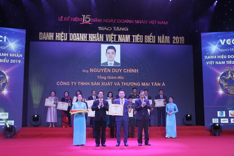 Ông Nguyễn Duy Chính – Tổng Giám đốc Tập đoàn Tân Á Đại Thành nhận bằng chứng nhận Doanh nhân Việt Nam tiêu biểu – Cúp Thánh Gióng 2019.