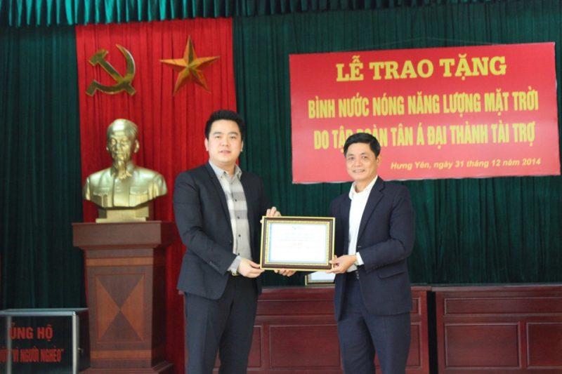 Ông Nguyễn Duy Chính - Phó TGĐ Tập đoàn Tân Á Đại Thành trao tượng trưng cho lãnh đạo Thành Phố