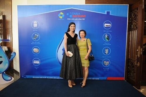 Đại sứ thương hiệu Ngọc Hân rạng rỡ chụp hình lưu niệm cùng các vị khách tham dự.