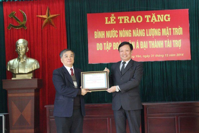 Ông Đặng Minh Ngọc - Phó CT tỉnh Hưng Yên (áo xanh) trao tượng trưng cho ông Nguyễn Ngọc Huy - CT MTTQ tỉnh Hưng Yên