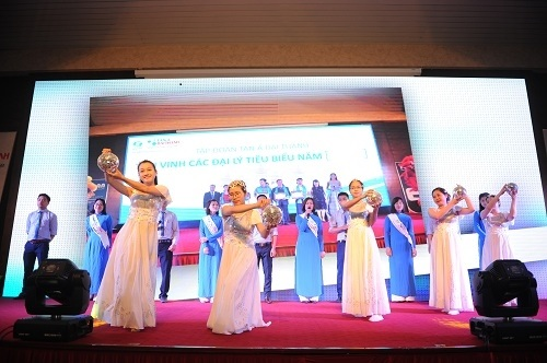 Bài hát truyền thống của Tập đoàn Tân Á Đại Thành được phối lại trên nền nhạc tươi mới, trẻ trung, đem tới cảm xúc hứng khởi cho toàn bộ khán phòng nơi diễn ra hội thảo.