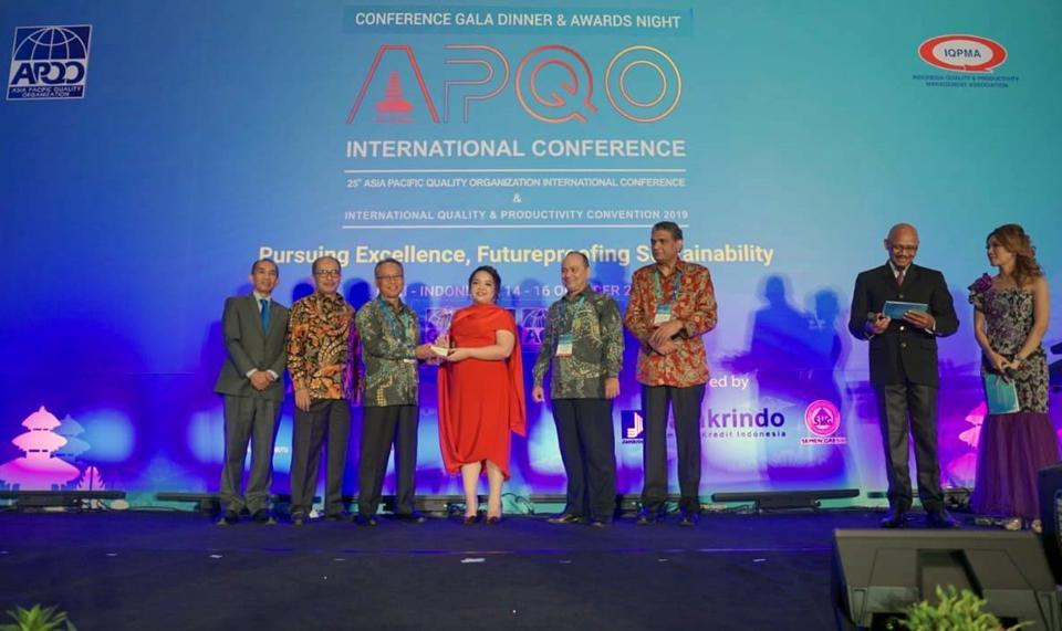 Bà Nguyễn Ngọc Thùy Dương – Phó Tổng Giám đốc Tập đoàn Tân Á Đại Thành nhận giải thưởng Chất lượng châu Á – Thái Bình Dương 2019.