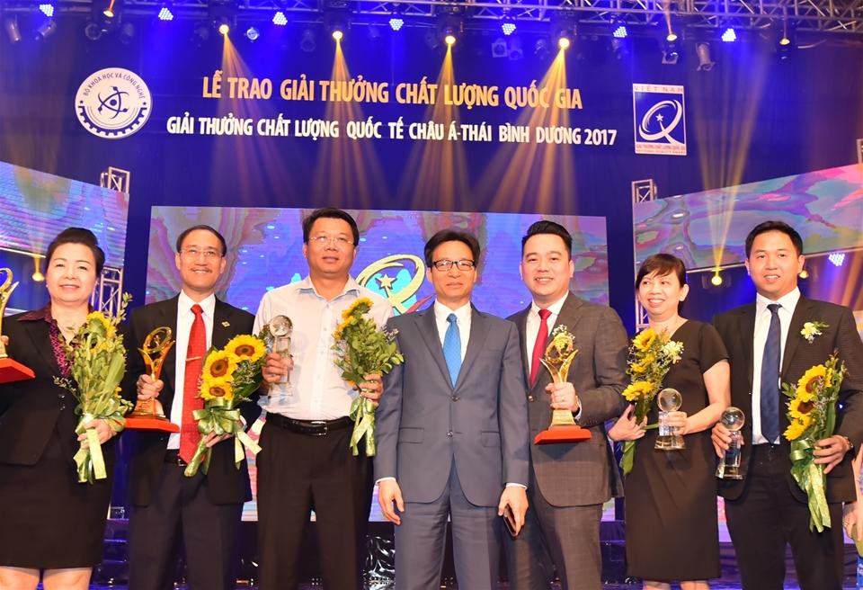 Đại diện Tập đoàn Tân Á Đại Thành nhận giải Vàng Chất lượng Quốc gia 2017