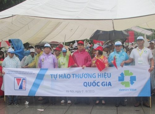 Đoàn đại biểu bắt đầu diễu hành từ Vườn hoa Lý Thái Tổ