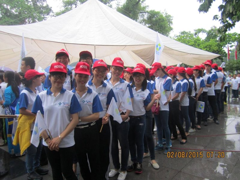 Các cán bộ công nhân viênTập đoàn Tân Á Đại Thànhxếp hàng chuẩn bị tham gia Lễ diễu hành