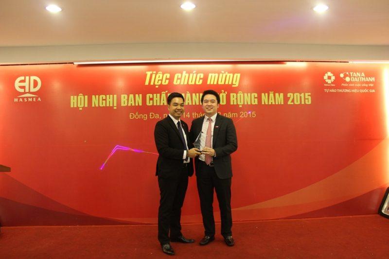 Ông Mạc Quốc Anh trao kỉ niệm chương cho Ông Nguyễn Duy Chính