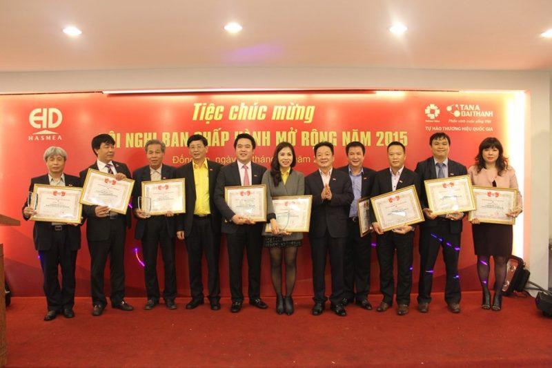 Ông Nguyễn Duy Chính (đứng thứ 5 từ bên trái sang) cùng đại diện các Hội viên HASMEA nhận bằng khen và cúp do Ông Đỗ Quang Hiển và Ông Phí Ngọc Chung trao tặng