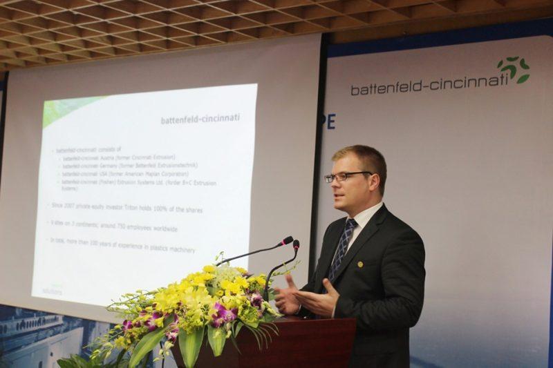 Ông Wolfgang Sedlacek – Giám đốc Kinh doanh Khu vực của Battenfeld-cincinnati Group phát biểu trong lễ ký kết