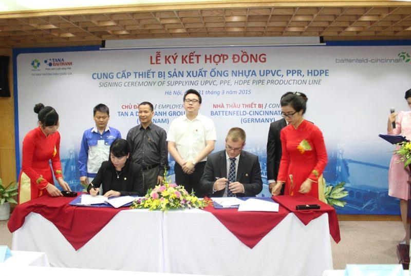 Bà Nguyễn Thị Mai Phương – Chủ tịch HĐQT Tập đoàn Tân Á Đại Thành và Ông Wolfgang Sedlacek – Giám đốc Kinh doanh Khu vực của Battenfeld-cincinnati Group ký kết hợp đồng