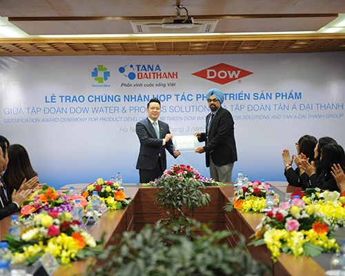 Duy Chính – Tổng giám đốc Tập đoàn Tân Á Đại Thành và ông Tanmeet Singh Gulati - Giám đốc Thương mại khu vực Đông Nam Á của Tập đoàn Dow tại lễ công bố.