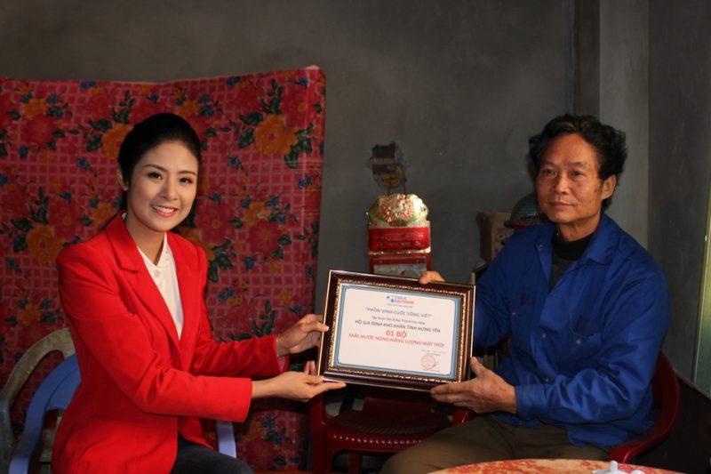 Xuống trực tiếp thăm hỏi và tặng quà cho các gia đình trong diện chính sách tỉnh Hưng Yên