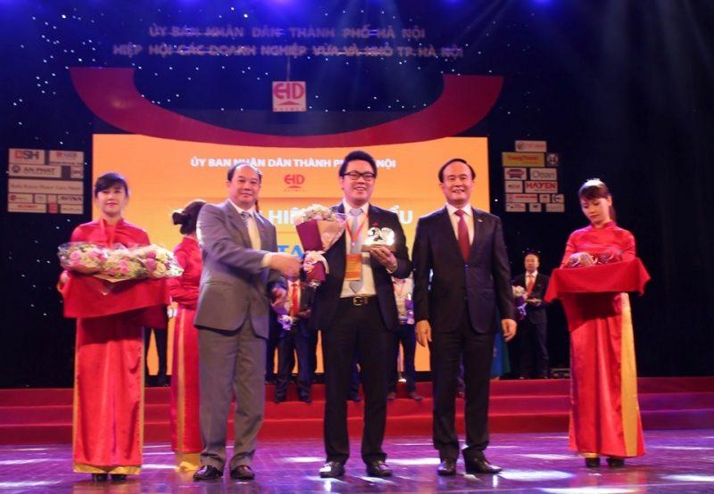 Ông Nguyễn Duy Chính – Tổng Giám đốc Tập đoàn Tân Á Đại Thành lên nhận kỉ niệm chương vinh danh Doanh nghiệp đạt Thương hiệu Tiêu biểu