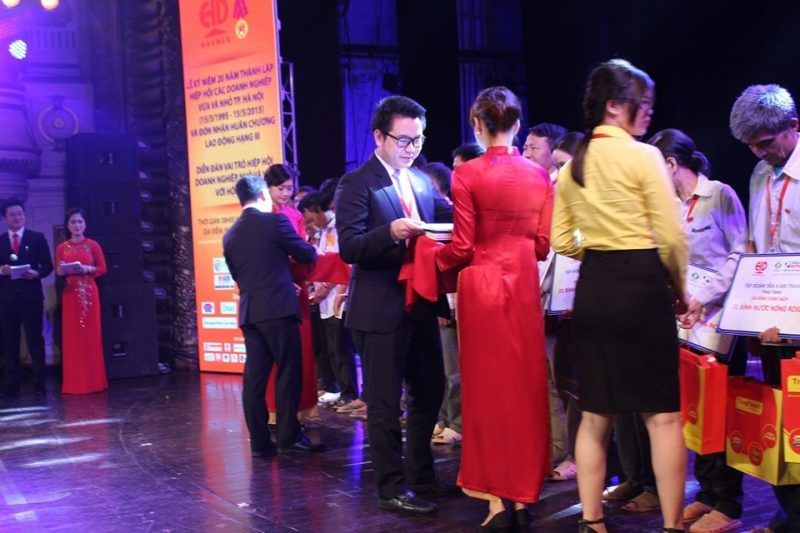 Ông Nguyễn Duy Chính – Tổng Giám đốc Tập đoàn Tân Á Đại Thành trao quà cho các gia đình