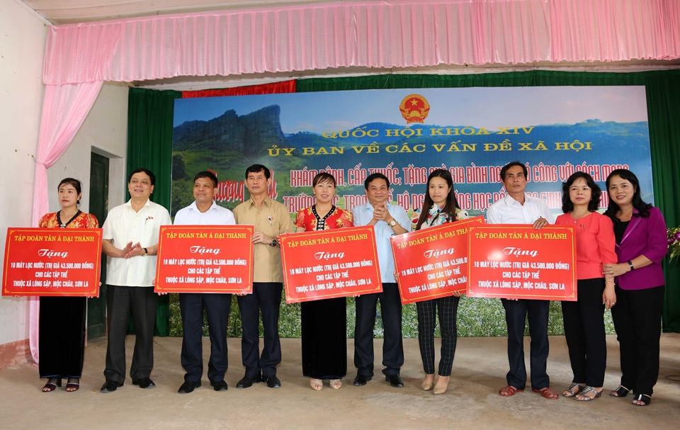 Tân Á Đại Thành trao tặng 30 máy lọc nước cho bà con nghèo huyện Mộc Châu