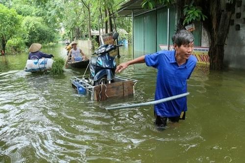Nhân dân vùng lụt Nam Phương Tiến đón nhận hệ thống máy lọc nước từ Tập đoàn Tân Á Đại Thành 1