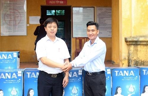 Nhân dân vùng lụt Nam Phương Tiến đón nhận hệ thống máy lọc nước từ Tập đoàn Tân Á Đại Thành 2