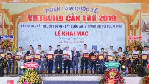 Ban tổ chức Triển lãm Vietbuild trao Chứng nhận Gian hàng quy mô - Thiết kế đẹp và ấn tượng cho Tập đoàn Tân Á Đại Thành