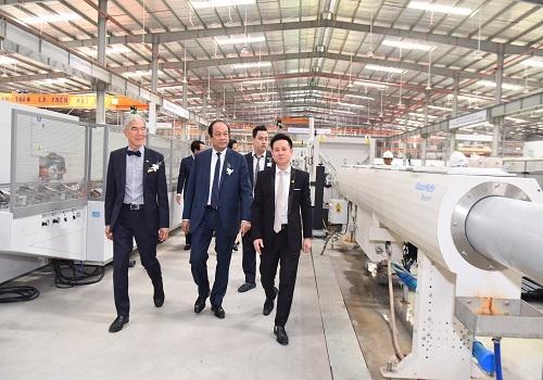 Bộ trưởng, Chủ nhiệm Văn phòng Chính phủ Mai Tiến Dũng cùng Ban lãnh đạo công ty tham quan nhà máy.