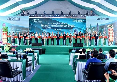 Bộ trưởng, Chủ nhiệm Văn phòng Chính phủ Mai Tiến Dũng cùng các đại biểu và Ban lãnh đạo công ty cắt băng khánh thành.