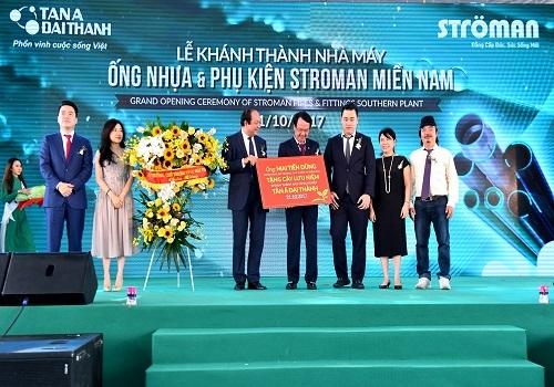 Bộ trưởng, Chủ nhiệm Văn phòng Chính phủ Mai Tiến Dũng tặng cây lưu niệm chúc mừng Nhà máy Ống nhựa và Phụ kiện Ströman Long An.