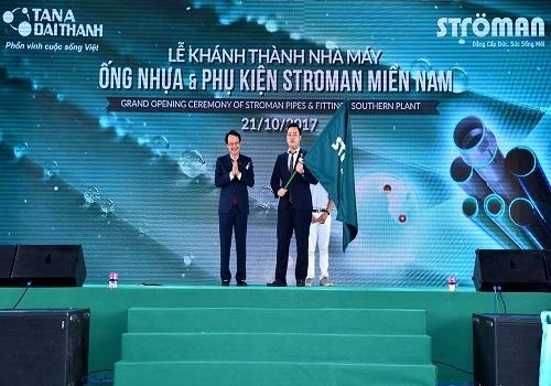 Lá cờ Ströman được trao cho Ông Nguyễn Anh Tú - TGĐ Công ty Cổ phần Ống nhựa và Phụ kiện Ströman Miền Nam.
