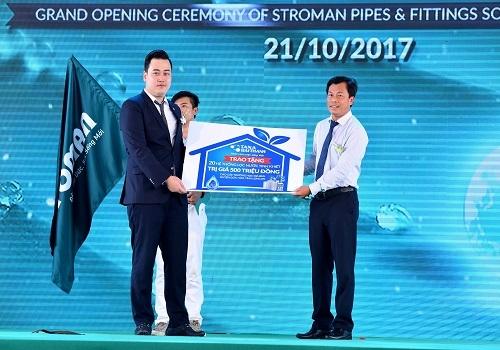 Ông Nguyễn Anh Tú – TGĐ Công ty CổphầnỐng nhựa và Phụ kiện Ströman Miền Nam trao 20 hệ thống lọc nước tinh khiết cho các trường học tỉnh Long An.