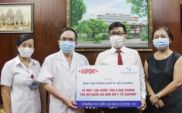 Đại diện Tập đoàn Tân Á Đại Thành và Tập đoàn Dupont trao biểu trưng ủng hộ vật phẩm cho đại diện Bệnh viện Thống Nhất TP HCM.