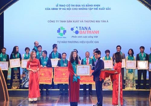Bà Đào Hồng Anh – Trưởng phòng Truyền thông Tập đoàn Tân Á Đại Thành nhận bằng khen của UBND TP Hà Nội.