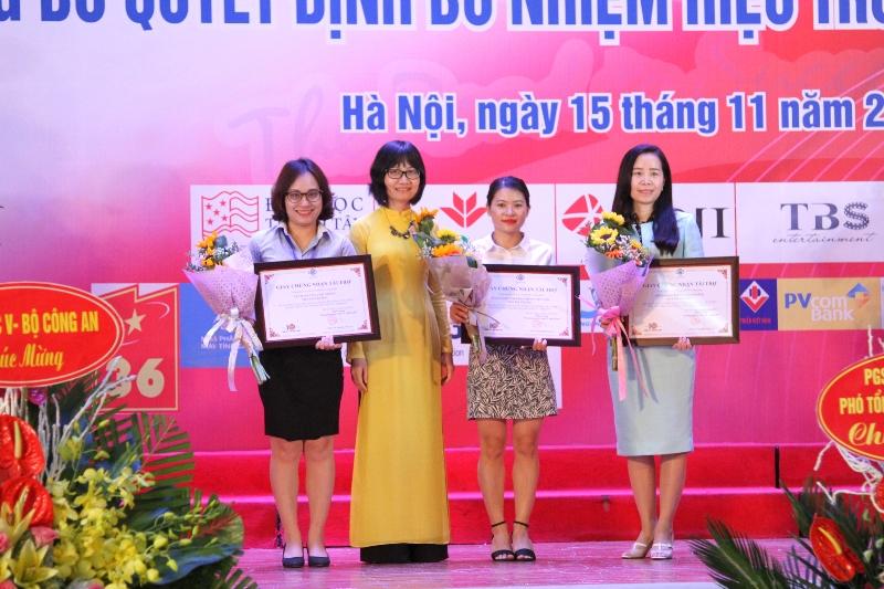 TS. Nguyễn Anh Thu – Phó Hiệu trưởng ĐH Kinh tế trao chứng nhận nhà tài trợ tới đại diện Tập đoàn Tân Á Đại Thành. (ngoài cùng bên trái)