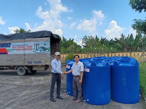 Tân Á Đại Thành kết hợp cùng Ủy ban Mật trận Tổ Quốc tỉnh Bến Tre trao tặng hơn 200 bồn nước cho người dân huyện Châu Thành 1