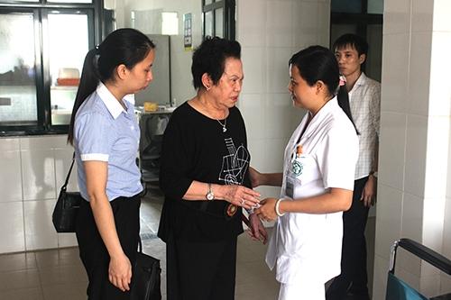 Bà Lê Thị Thu Hiền – Cổ đông sáng lập Tập đoàn hỏi thăm sức khỏe, động viên các bệnh nhân đang điều trị bệnh tại Khoa Thần kinh, Bệnh viện Bạch Mai.