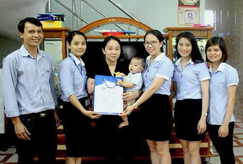Đại diện khối Văn phòng và Nhà máy của Tập đoàn Tân Á Đại Thành đến thăm và ủng hộ gia đình anh Tấn.