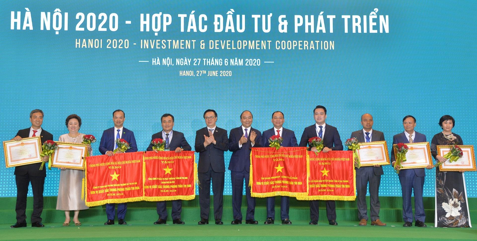 Ông Nguyễn Duy Chính TGĐ Tập đoàn Tân Á Đại Thành (thứ 4 từ phải sang) và đại diện các doanh nghiệp nhận Cờ thi đua và Bằng khen của Thủ tướng Chính phủ.