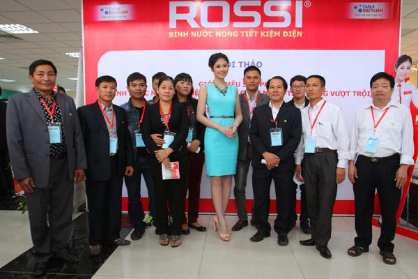 Hoa hậu Ngọc Hân – Hoa hậu Việt Nam 2010, tham gia Hội thảo với vai trò Đại sứ thương hiệu  Bình nước nóng Rossi và MC của chương trình.