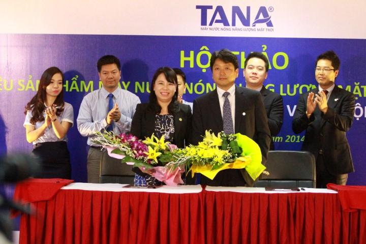 Bà Nguyễn Thị Mai Phương – Chủ tịch HĐQT, Tổng giám đốc Tập đoàn Tân Á Đại Thành ký kết hợp đồng hợp tác với Ông Kim Young Hyo – Tổng giám đốc Công ty Posco VNPC